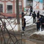 В Уральске мужчину убило упавшей с крыши глыбой льда