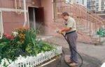 Полив зелёных насаждений во дворе