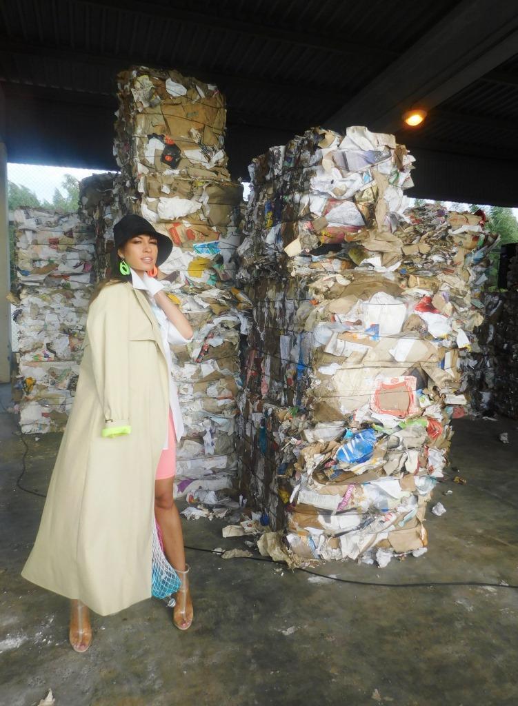 модный показ на фоне мусора - фото 9